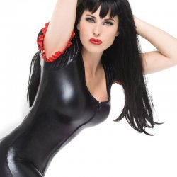 Wetlook catsuit met rode lak delen